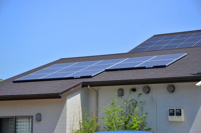 住宅の屋根に太陽光パネルを設置
